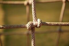 Brown ha torto la corda di rete rampicante nel campo da giuoco Nodo della corda Fotografie Stock Libere da Diritti