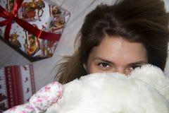 Brown-Haarmädchen mit dem Teddybären, der nah in Ihren Augen schaut Stockfoto