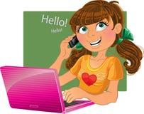 Brown-haired Mädchen mit Telefon und rosafarbenem Laptop Stockbilder