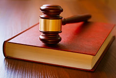 Brown-Hammer und Gesetzbuch Lizenzfreies Stockbild
