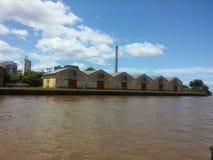 Brown hangar na jezioro krawędzi i jezioro Obrazy Stock