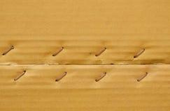 Brown-harter Papierkasten mit Metalldraht heftete Hintergrund und Beschaffenheit an Lizenzfreie Stockbilder