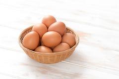 Brown Hen Eggs in gesponnenem Abtropfbrett Stockbilder
