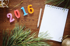 Brown-Hintergrund mit leerem Notizblock über guten Rutsch ins Neue Jahr 2016 Lizenzfreie Stockbilder