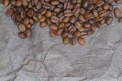 Brown-Hintergrundmuster von den Kaffeebohnen Stockfotografie