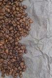 Brown-Hintergrundmuster von den Kaffeebohnen Stockfoto
