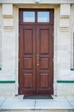 Brown-Holztür auf Backsteinmauer Lizenzfreie Stockfotografie