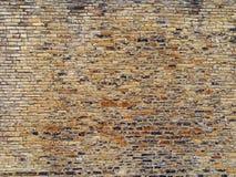 Brown i żółta plenerowa kamienna ściana z wiele nierównymi szorstkimi cegłami textured powierzchnią i obrazy stock