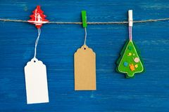 Brown i białe pustego papieru metki lub przylepiamy etykietkę setu i boże narodzenie dekoraci obwieszenie na arkanie na błękitnym Zdjęcie Royalty Free