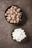 Brown i biały cukier w pucharach zdjęcie stock
