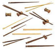 Brown i unpainted chopsticks przy różnymi kątami na bielu plecy Zdjęcie Stock
