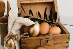 Brown i Złociści Organicznie jajka w rocznika Drewnianym pudełku obraz stock