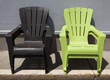 Brown i zieleni Adirondack krzesła obrazy stock