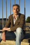 Mann, der in der braunen Jacke aufwirft Lizenzfreies Stockfoto