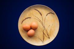 Brown jajka na Drewnianym talerzu Zdjęcie Royalty Free