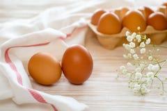 Brown jajka na stole Zdjęcia Stock