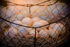 Brown jajka przy sianem gniazdują w kurczaka gospodarstwie rolnym przedstawiającym w postaci Obraz Royalty Free