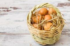 Brown jajka w Słomianym koszu obrazy royalty free