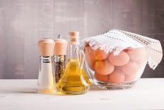 Brown jajka w wielkiej szklanej wazie pikantność na lekkiej drewnianej zakładce zdjęcia royalty free