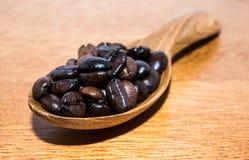 Brown-Kaffee in den Löffeln Lizenzfreie Stockfotografie