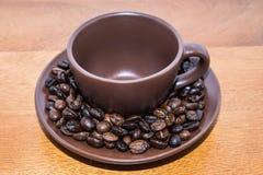 Brown-Kaffeebohnen und Schale Lizenzfreie Stockfotografie
