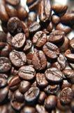 Brown-Kaffeebohnen, Unschärfenhintergrund Lizenzfreies Stockbild