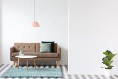 Brown kanapa, poduszki, stolik do kawy i lampa w żywym izbowym inte, obraz royalty free