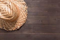 Brown kapelusz jest na drewnianym tle Obrazy Stock