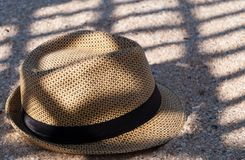 Brown kapeluszowi kłamstwa na piasku ciskają cień w cieniu siatka letniego dnia wakacje zdjęcia royalty free