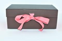 Brown-Kasten für Geschenk auf einem weißen Hintergrund Lizenzfreie Stockfotos