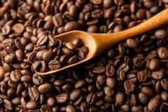 Brown kawowe fasole w drewnianym ?y?kowym zbli?enie strzale zdjęcia royalty free