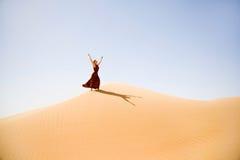 Brown kleidete Frau genießt die Wüstendünen Stockfotografie