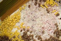 Brown, kolor żółty i zielony cały pszeniczny makaron, Zdjęcie Royalty Free
