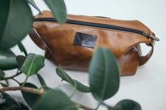 Brown-Kosmetiktasche auf weißem Hintergrund lizenzfreies stockfoto