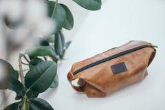 Brown kosmetyczna torba na białym tle Fotografia Stock