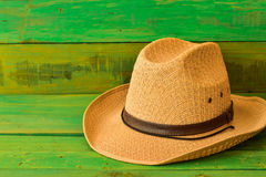 Brown kowbojski kapelusz na zielonej drewnianej teksturze Obraz Stock