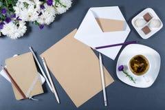 Brown-Kraftpapier, frische Chrysanthemen, Bleistifte, Umschlag mit Stockfotografie