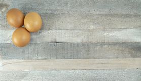 Brown kurczak przy naturalnym drewnianym tłem zdjęcie royalty free