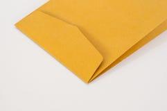 Brown kuvert på vit bakgrund Royaltyfria Foton