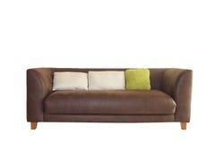 Brown lädersofa en vit kudde Arkivfoto