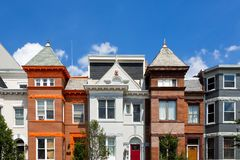 Brown, laranja, e casas de fileira brancas no Washington DC em um dia de verão perfeito foto de stock royalty free