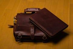 Brown-Leder-Portfolio und Schultasche Stockfotografie