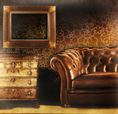 Brown-lederne Couch mit leerem Feld Lizenzfreies Stockbild