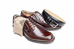 Brown-lederne Schuhe mit Socken Stockfotografie