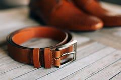 Brown-Mann ` s Schuhe mit Spitzeen auf einem hölzernen Hintergrund und einem Braun lizenzfreie stockfotografie