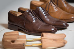 Brown men's shoes and shoe stratchers Stock Photography