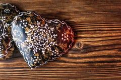 Brown-Metallherzen auf hölzernem Hintergrund, Valentinsgrußtag oder feiern Liebesbild Lizenzfreie Stockbilder