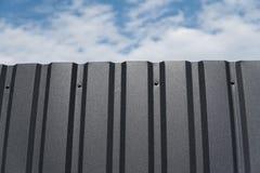Brown-Metallplatte gegen blauen bewölkten Himmel abstellgleis Nahtlose Oberfläche des galvanisierten Stahls Industriegebäudewand  stockfotos