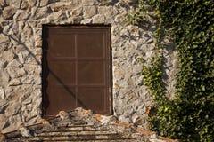 Brown metalu okno na kamiennym domu Obraz Stock