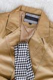 Brown-Modejacke mit Schwarzweiss-Krawatte Stockfotografie